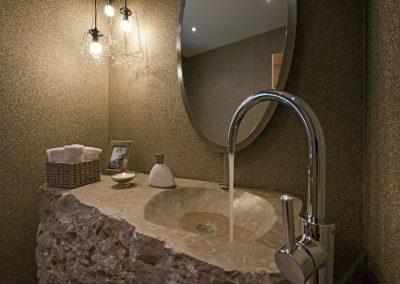 Vasque en pierre taillée