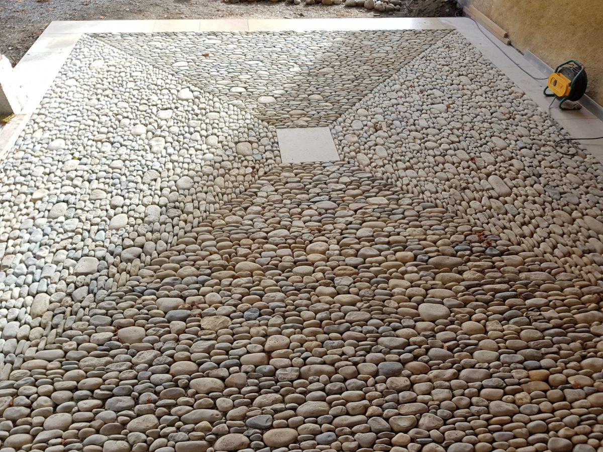 Callade en galets et bandeau périphérique en pierre de chandore