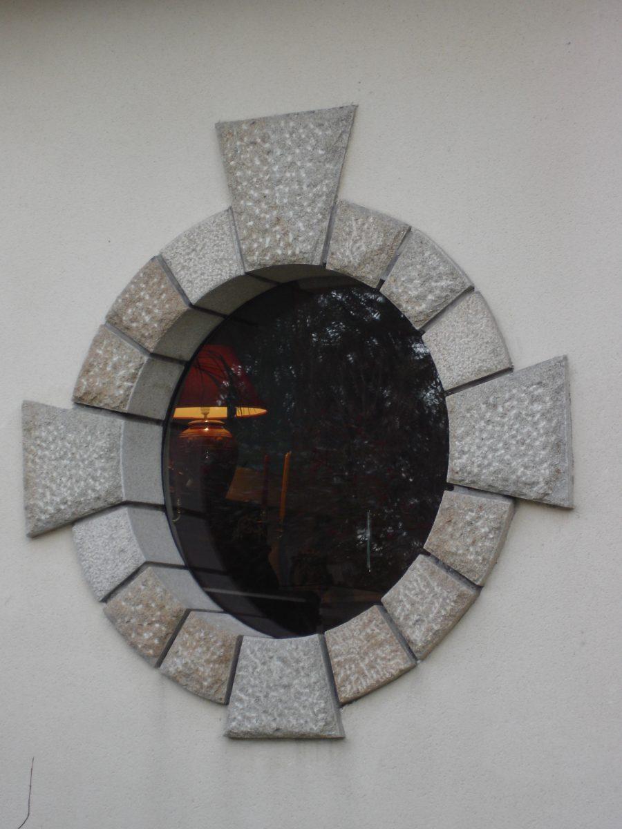 oeil_de_boeuf_en_granit_jaune_broche